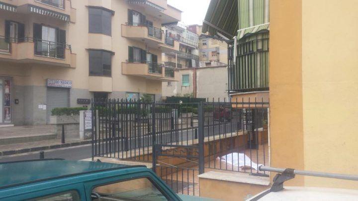 Tragedia a Mugnano, anziano cade dal balcone e muore