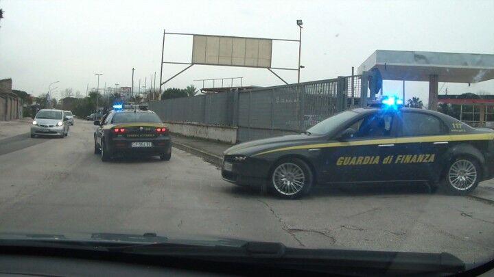 Spericolato inseguimento tra Guardia di Finanza e un'Audi S4. Malviventi in fuga