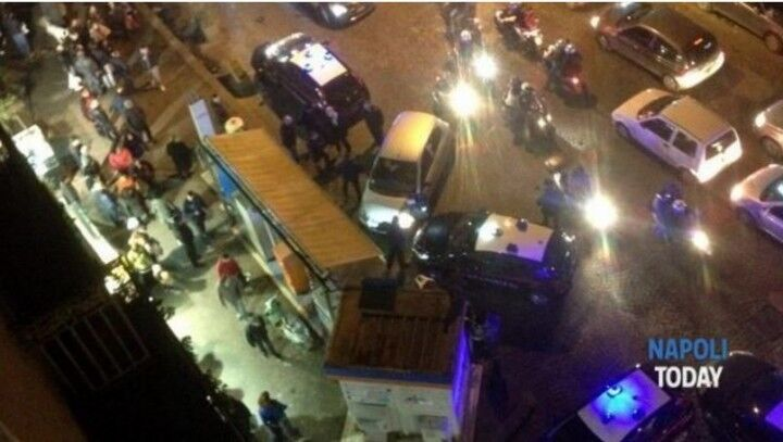 La folla inferocita difende lo scippatore ed aggredisce polizia e carabinieri