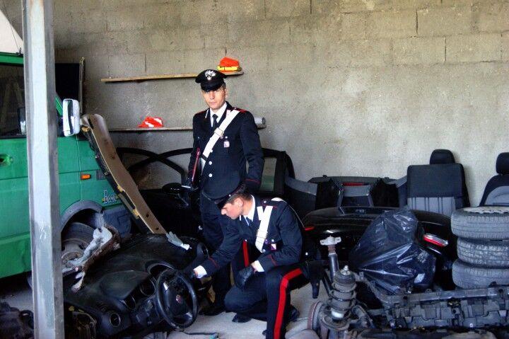 """Servizio di """"pony express"""" per la consegna di pezzi di ricambio presi da auto rubate, 2 arresti"""