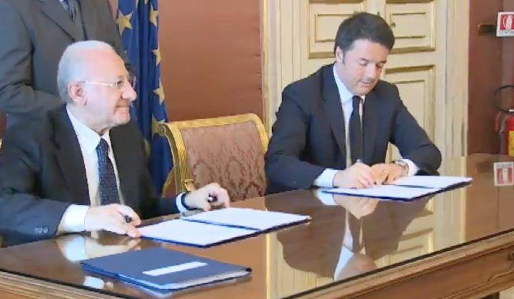 """Renzi di nuovo a Napoli, firmato """"Patto per la Campania"""": dieci miliardi di investimenti"""