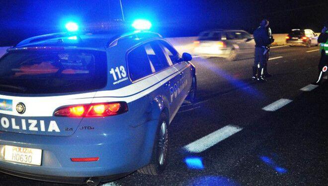 Scene da film sull'asse mediano, polizia insegue furgone e spara in aria: banditi in fuga