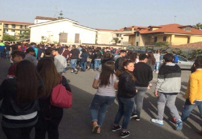Allarme bomba al liceo De Carlo, evacuata la scuola