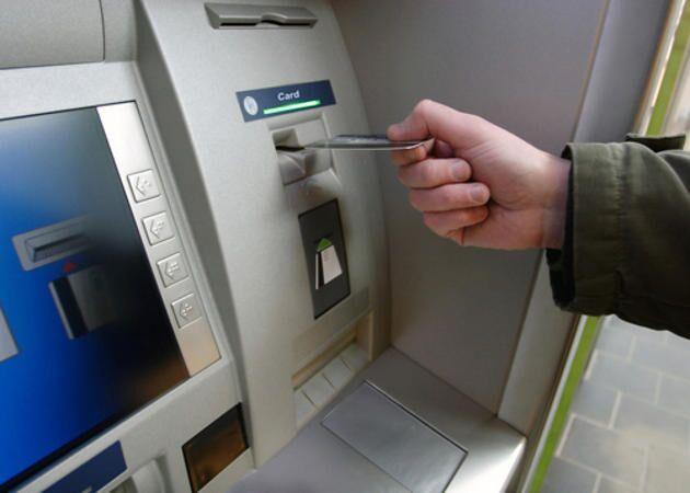Tentano di strozzarlo con una cintura per rapinarlo al bancomat, presi 2 brasiliani