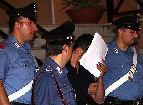 Pistola con il colpo in canna nascosta in casa, arrestato affiliato al clan Grimaldi e sua moglie