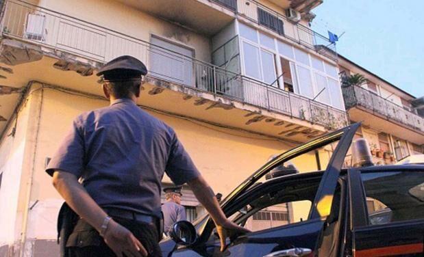 Follia a Calvizzano, spara tre colpi di fucile dal balcone. Panico nel quartiere