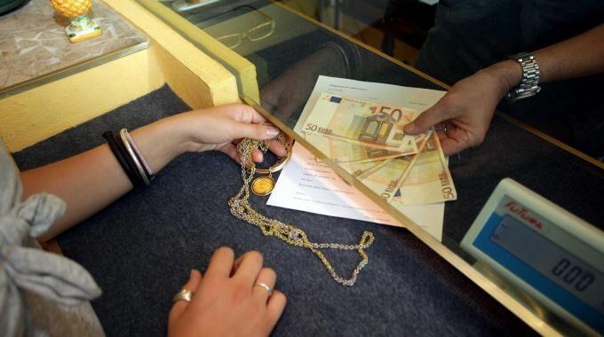Rivende tutti gli oggetti preziosi dei genitori. Polizia sequestra Compro Oro