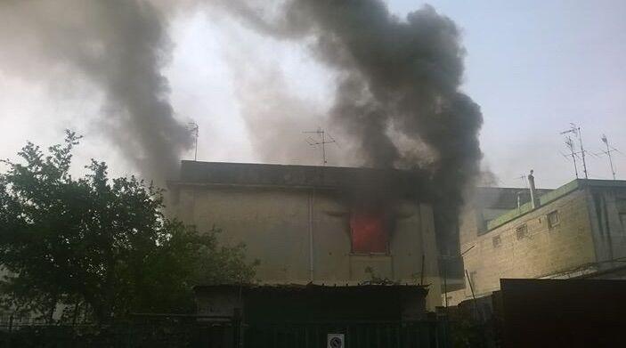 Giugliano, abitazione in fiamme nel centro storico. Video