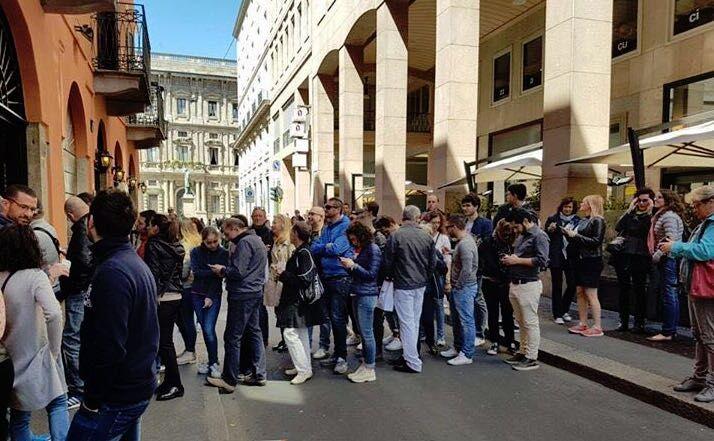 Lunghe file a Milano per assaggiare la pizza fritta di Sorbillo, altro che flop