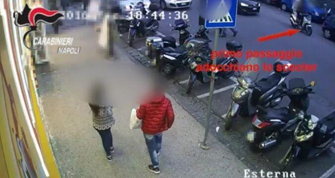 Napoli, ecco come rubano uno scooter tra la folla: ladri ripresi dalle telecamere