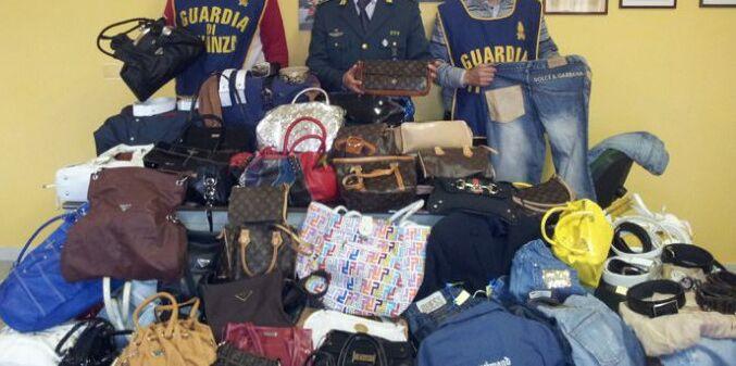 Maxi-sequestro del falso nel napoletano. Sotto chiave 107mila prodotti contraffatti