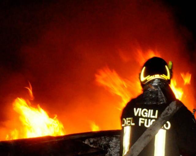 Incendio davanti a una pizzeria a Ponticelli, l'ombra del racket su via Volpicella