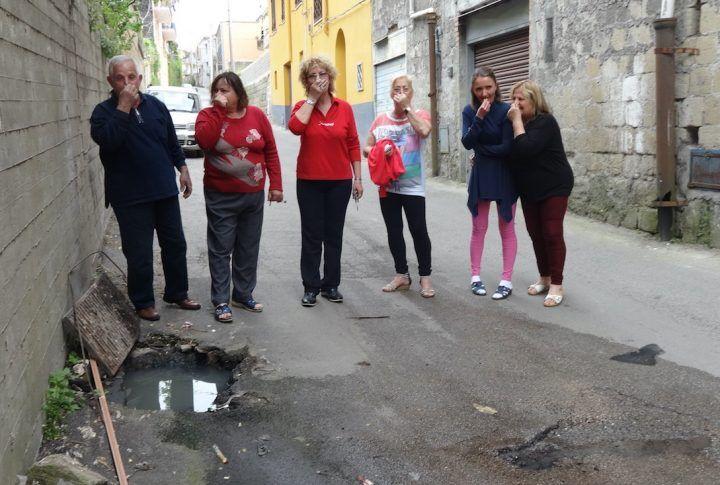 """Marano, i residenti di via Torre Caracciolo: """"Siamo tappati in casa per il fetore acre e insopportabile"""""""