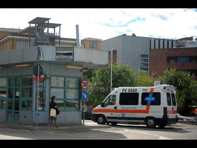"""Giallo a Napoli, ragazzo accoltellato si presenta all'ospedale: """"Mi hanno ferito senza motivo"""""""