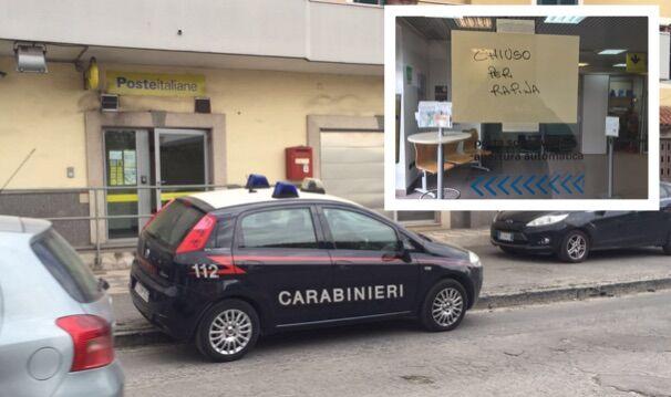 Rapina alle poste di via Giugliano-Mugnano: la gente vede le pistole e scappa. Video