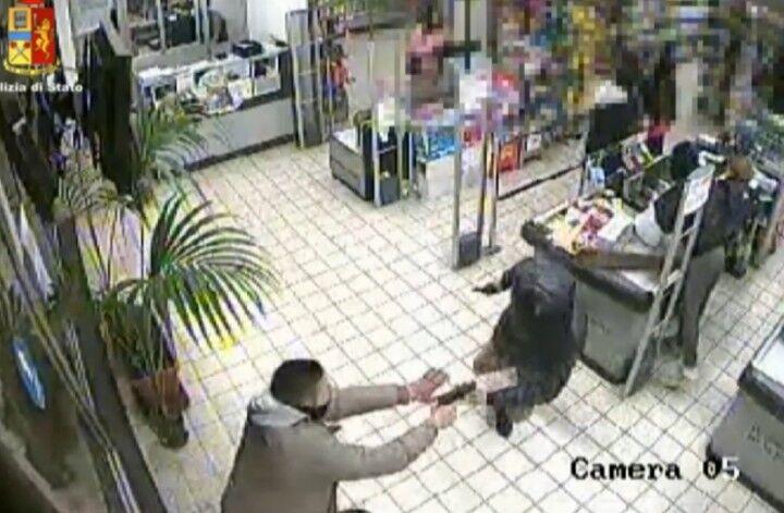 Napoli choc, due rapine in 45 minuti. Gli inquirenti: è la stessa banda