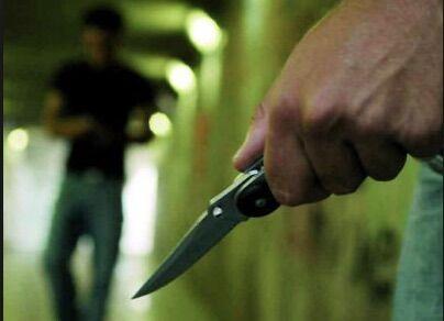 Reagisce alla rapina e lo accoltellano alle spalle, 36enne in rianimazione