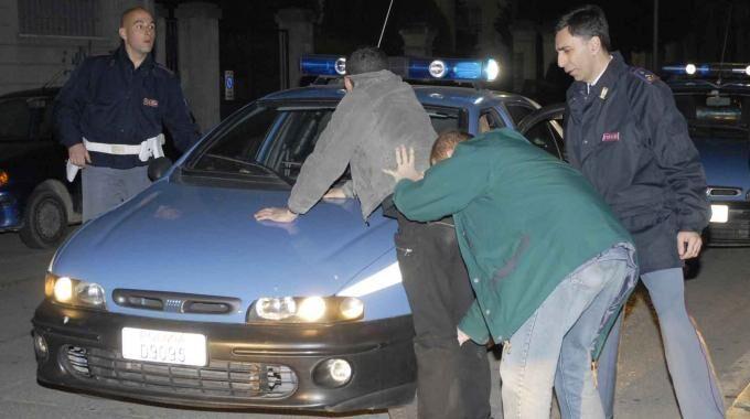 Frattamaggiore, ladri bloccati dalla polizia: scoppia la rissa. 2 agenti in ospedale