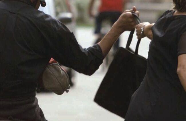 Choc in provincia, trascinata a terra da un'auto per una borsetta: donna in ospedale