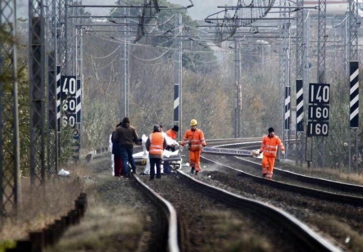 Tragedia sui binari. Coppia travolta dal treno