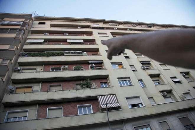 Fratta, tentano di rubare un'auto. Una donna lancia vaso dal balcone e li mette in fuga