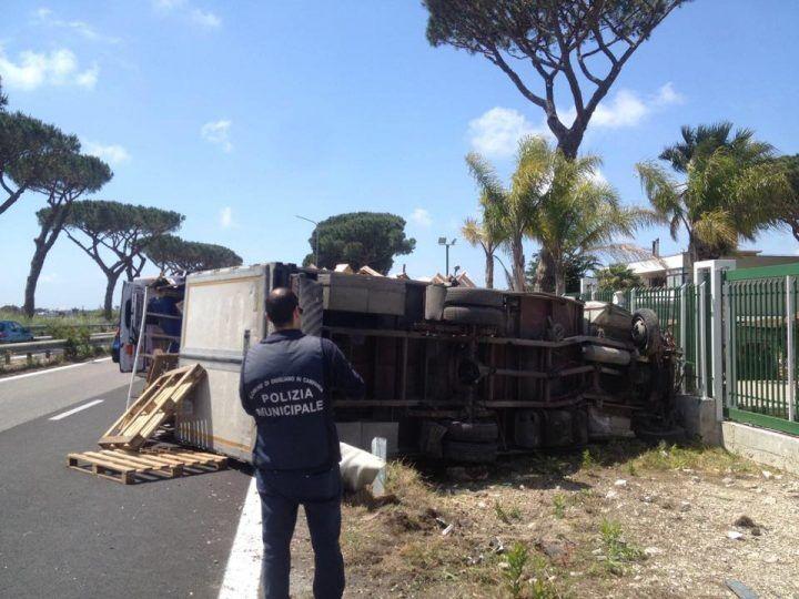Giugliano, paura a Ponte Riccio: si ribalta camion della frutta