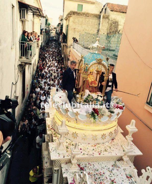 Giugliano, il carro della Madonna della Pace sfila per la città. LE FOTO