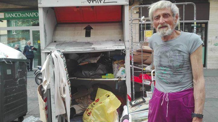 Ridotto in miseria, vive in un casonnetto dell'immondizia. Ecco la storia di Gennaro
