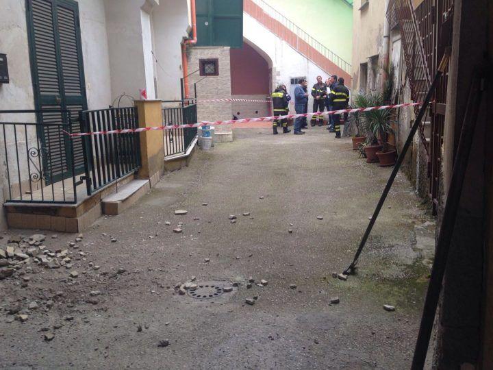 Cadono calcinacci: paura sul Corso Campano