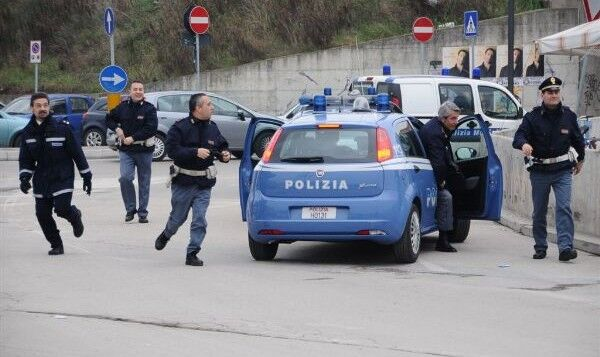Tre pusher in manette nel napoletano, agenti aggrediti da donne e bambini