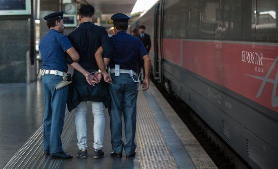 Follia a Sant'Antimo, pregiudicato 49enne aggredisce e rapina un capotreno. Arrestato