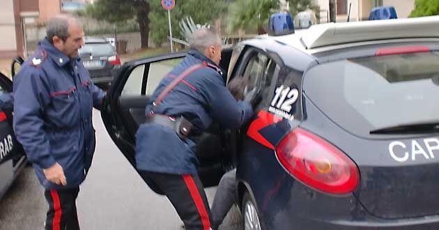 Giugliano, vede i carabinieri e urla per avvisare l'amico spacciatore. In manette 42enne