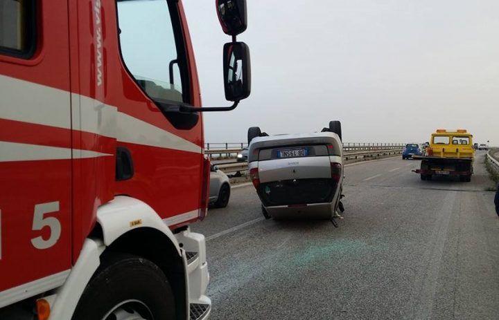Spaventoso incidente sull'Asse Mediano, auto si ribalta. Grave una donna