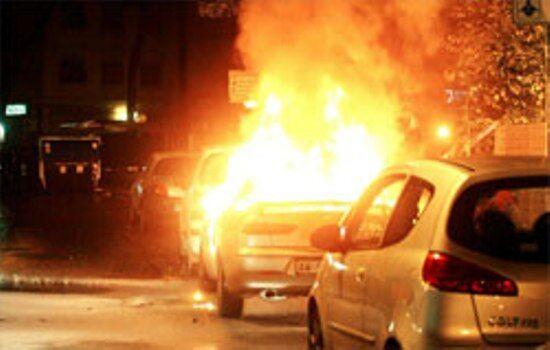Casoria nel mirino dei vandali, auto in fiamme ed un'altra sfondata a bastonate