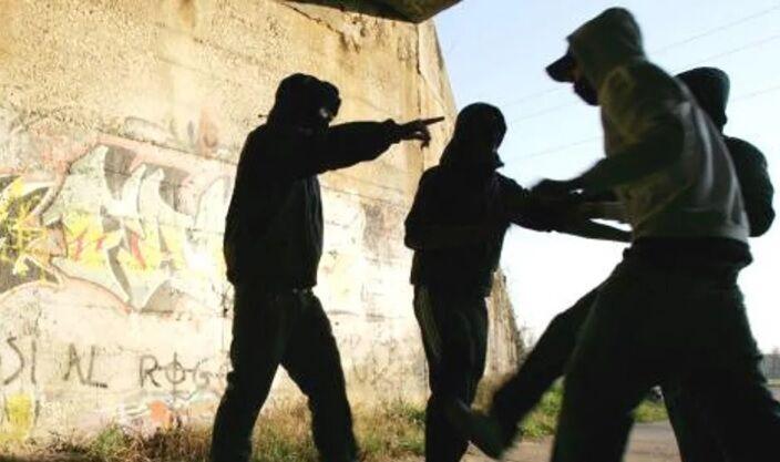 Terrore a Napoli, baby gang blocca bus e pesta uno studente