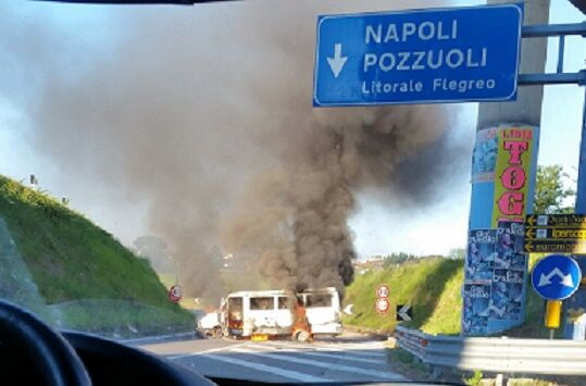 Paura sulla Domitiana, furgone in fiamme. Traffico in tilt