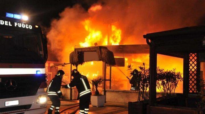 Terrore a Scampia, fanno uscire i clienti e poi danno fuoco a un bar