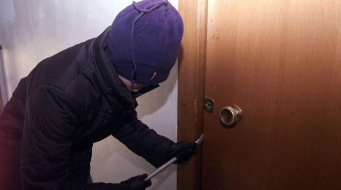 Allarme a Marano, in due provano a entrare in casa. Fermato uno dei due ladri