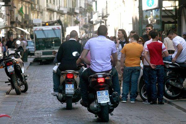 Napoli, fermata banda di ladri di motorini. In manette baby-gang