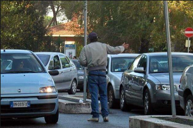 Pretende più soldi e minaccia madre e figlio: arrestato parcheggiatore abusivo
