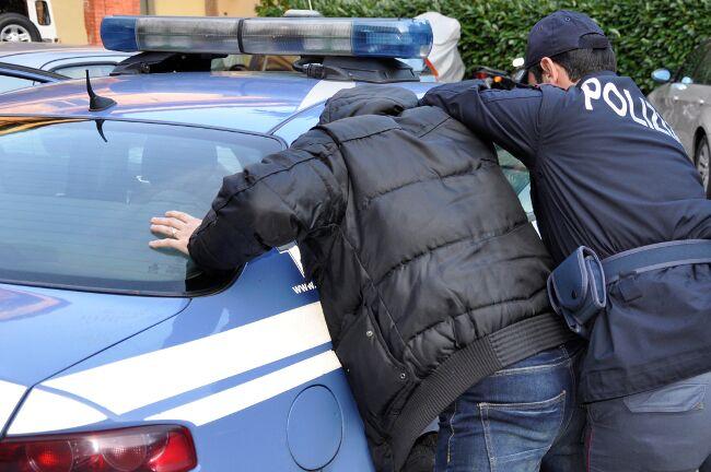 Scippa una turista e va dal barbiere, poi aggredisce i poliziotti: arrestato 35enne