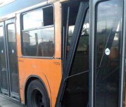 Paura sull'autobus, si stacca un portellone durante la corsa