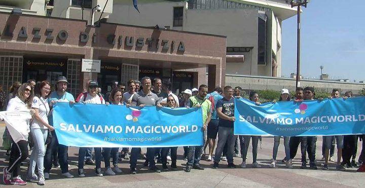 Chiusura Magic World, la protesta dei lavoratori al Palazzo di Giustizia