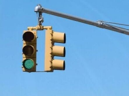 Passare col semaforo verde e beccarsi una multa: ecco quando succede