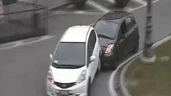 Follia a Fratta, insegue l'ex moglie e la sperona con l'auto. Arrestato 42enne