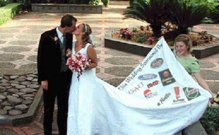 Matrimonio anti-crisi pagato con gli sponsor. La folle idea di Giovanni e Donatella