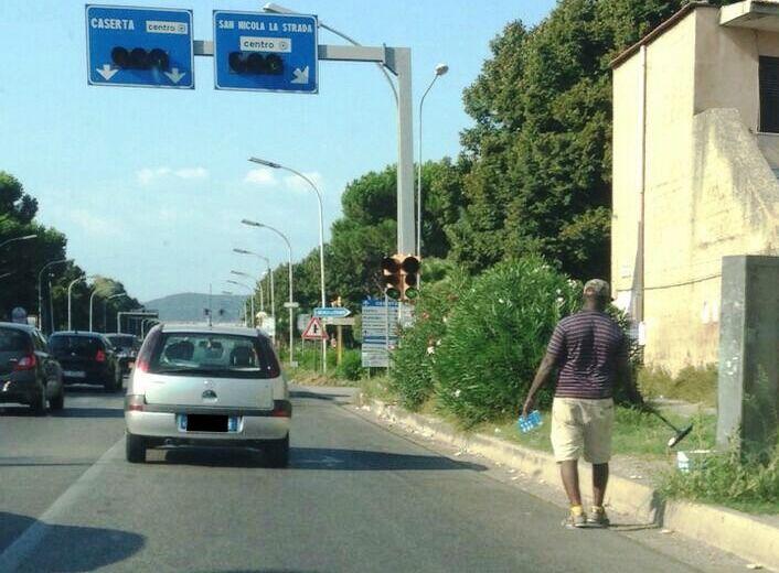 """Follia sul vialone, gli automobilisti si ribellano e prendono a """"mazzate"""" i lavavetri"""