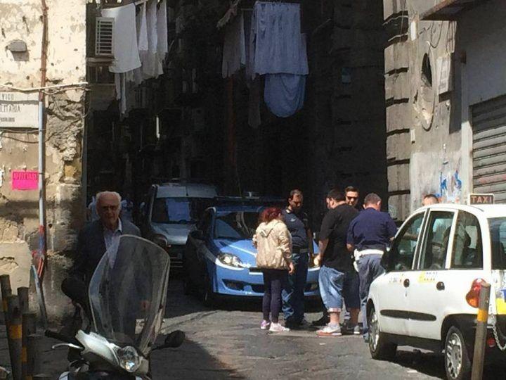 Elezioni a Napoli, intimidazioni e soldi all'esterno dei seggi