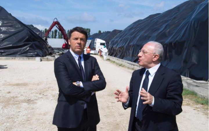 """Giugliano, visita a sorpresa di Renzi: """"Via la camorra da gestione rifiuti"""""""