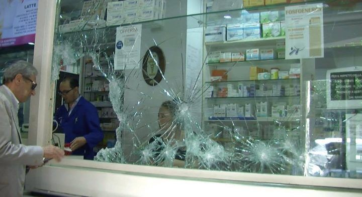 Colpo alla Farmacia Veneto, sfondata le vetrina e divelta la serranda